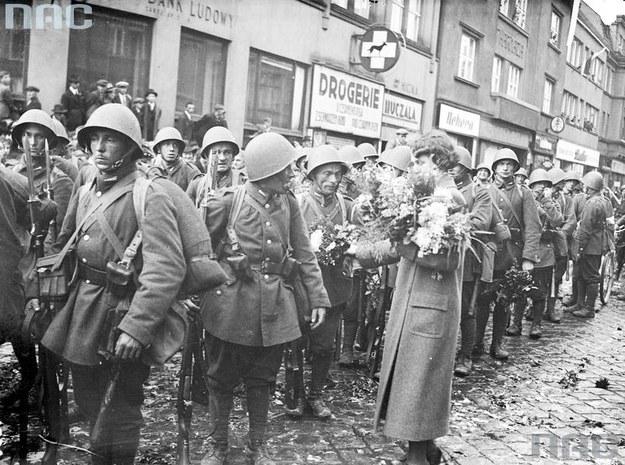 Mieszkańcy Cieszyna witają oddziały wojskowe /Z archiwum Narodowego Archiwum Cyfrowego