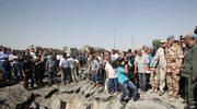 Mieszkańcy Damaszku oglądają lej po wybuchu bomby