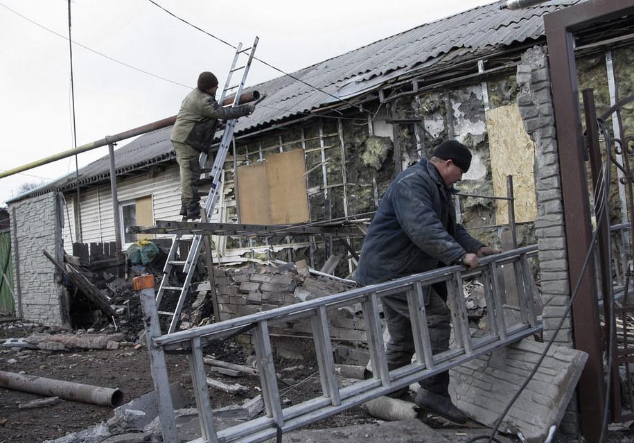 Mieszkańcy Doniecka remontują ostrzelany budynek /ALEXANDER ERMOCHENKO /PAP