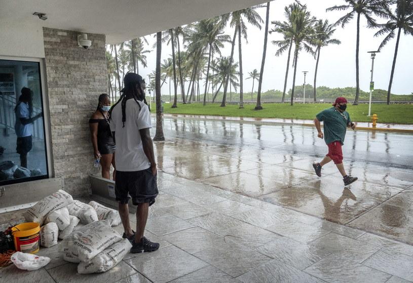 """Mieszkańcy Florydy przygotowują się na przyjście tropikalnej burzy """"Izajasz"""" /CRISTOBAL HERRERA-ULASHKEVICH /PAP/EPA"""