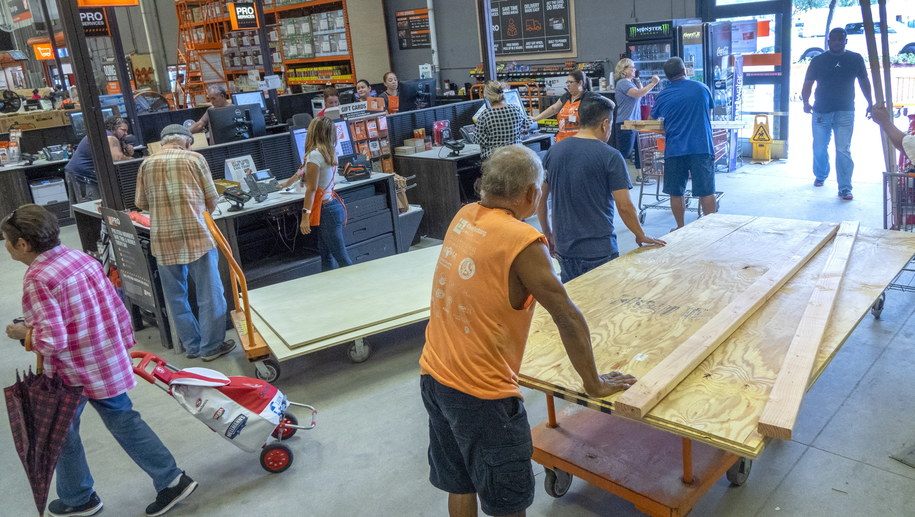 Mieszkańcy Florydy przygotowują się na uderzenie huraganu Dorian /CRISTOBAL HERRERA /PAP/EPA