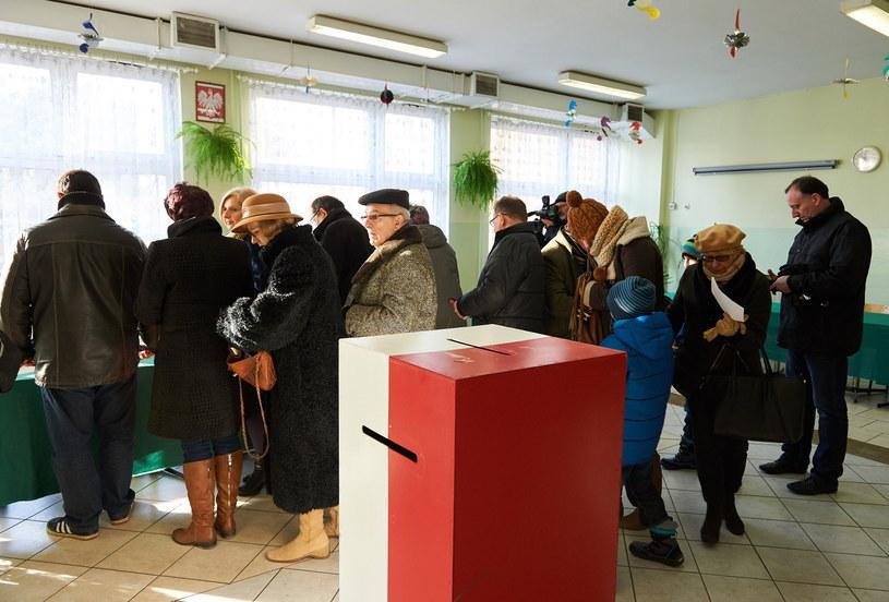 Mieszkańcy Gdańska głosują w lokalu wyborczym w Szkole Podstawowej nr 81 w Gdańsku /Adam Warżawa /PAP