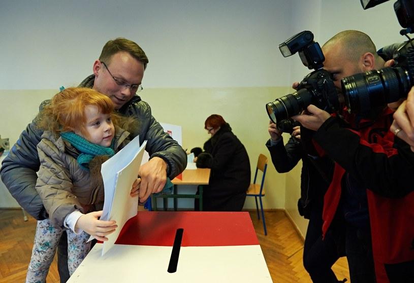 Mieszkańcy Gdańska głosują w lokalu wyborczym w Zespole Szkół Łączności w Gdańsku /Adam Warżawa /PAP