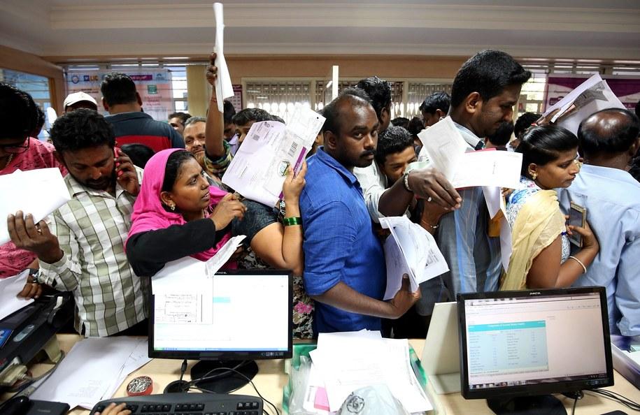Mieszkańcy Indii masowo odwiedzają banki. Boją się straty pieniędzy /PAP/EPA/JAGADEESH NV /PAP/EPA