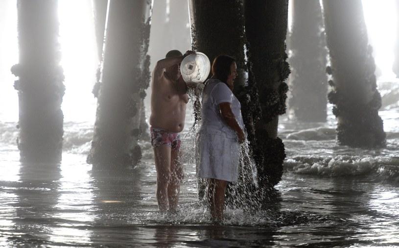 Mieszkańcy Kalifornii chłodzą się na plaży w Santa Monica /PAP/EPA