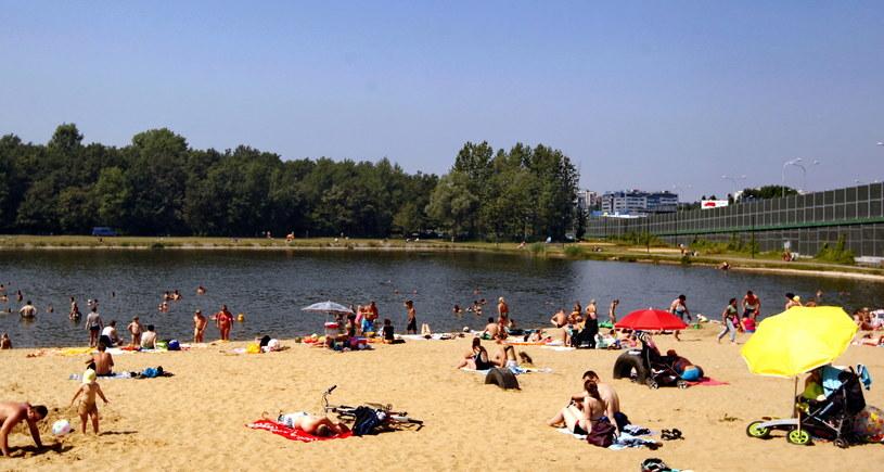 Mieszkańcy Katowic odpoczywają nad stawem w Dolinie Trzech Stawów /Andrzej Grygiel /PAP