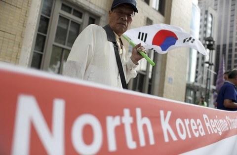 Mieszkańcy Korei Południowej protestujący wobec reżimu Korei Północnej. /AP /East News