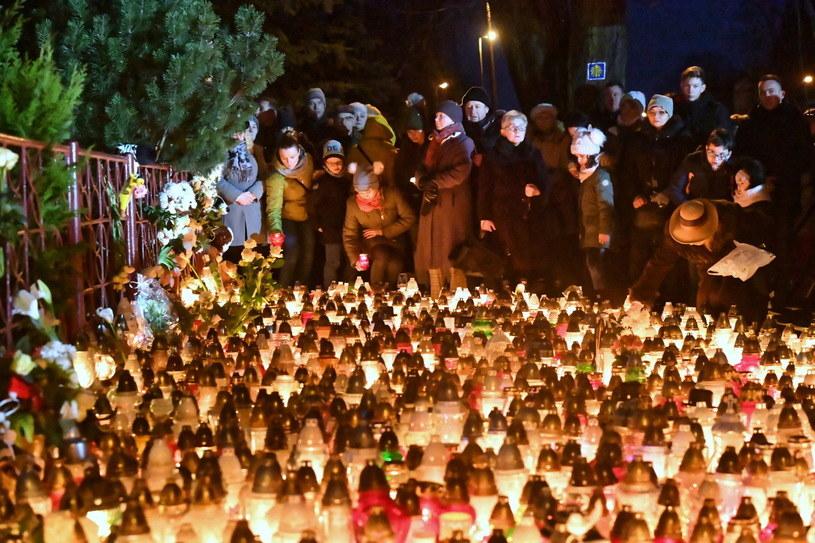 Mieszkańcy Koszalina zapalają znicze w pobliżu miejsca tragedii /Marcin Bielecki /PAP