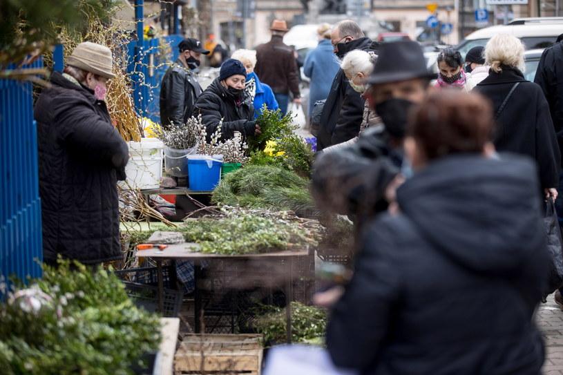 Mieszkańcy Krakowa podczas zakupów wielkanocnych w trakcie pandemii /Łukasz Gągulski /PAP