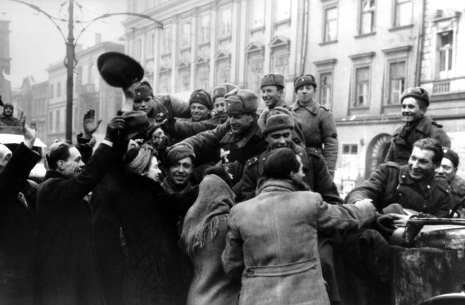 Mieszkańcy Krakowa witają żołnierzy Armii Czerwonej na zdjęciu 9 lutego 1945 roku /Max Alpert/Itar-Tass /PAP/EPA