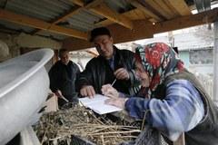 Mieszkańcy Krymu wrzucają karty do urn