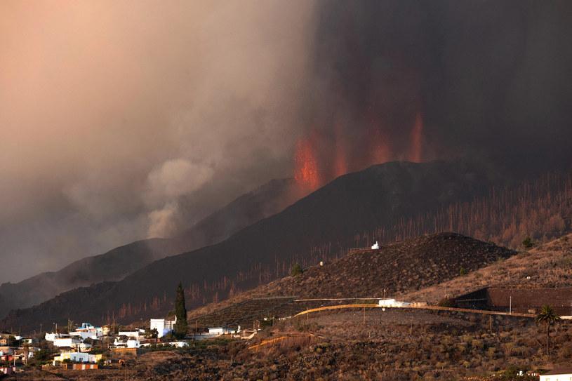 Mieszkańcy La Palmy mierzą się z kolejnymi wybuchami wulkanu /DESIREE MARTIN / AFP /AFP