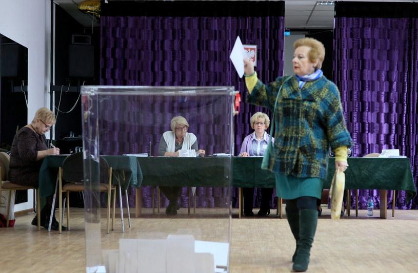 Mieszkańcy Legionowa głosują w jednym z punktów wyborczych /Leszek Szymański /PAP
