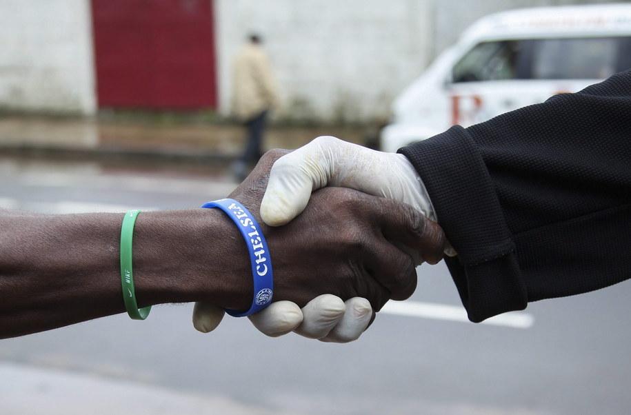 Mieszkańcy Liberii chronią się przed wirusem m.in. nosząc ochronne rękawiczki /AHMED JALLANZO  /PAP/EPA