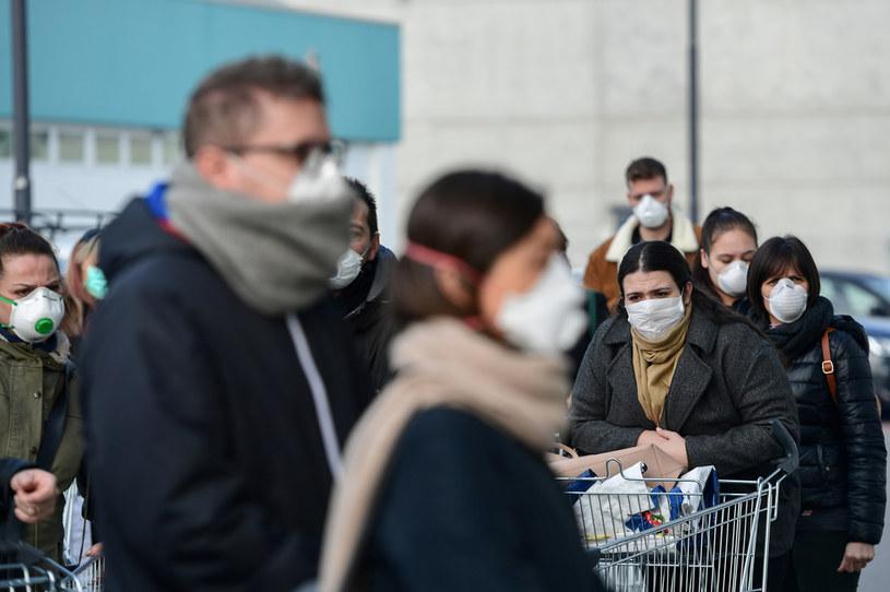 Mieszkańcy Lombardii masowo wykupują maski z powodu obaw przed koronawirusem /MIGUEL MEDINA / AFP /AFP