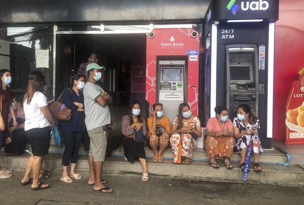 Mieszkańcy Mjanmy czekają przy bankomacie /STRINGER /PAP/EPA