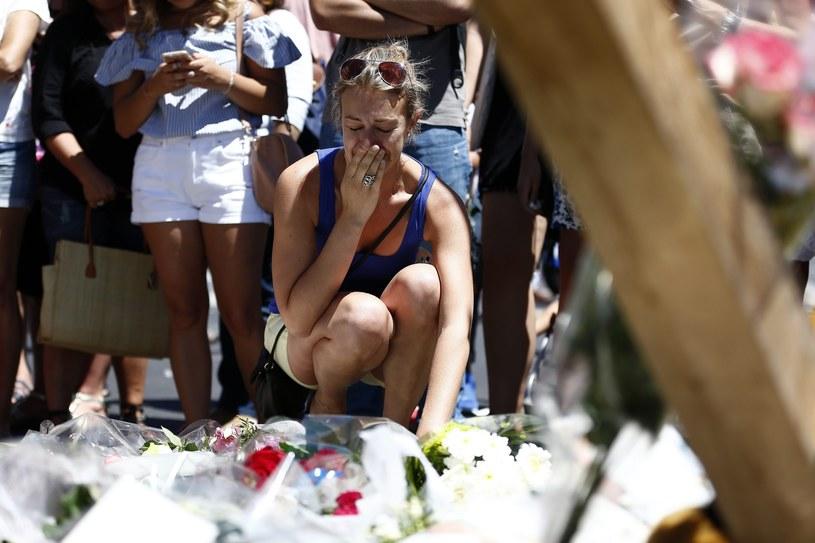 Mieszkańcy Nicei składają kwiaty w pobliżu miejsca zamachu /PAP/EPA