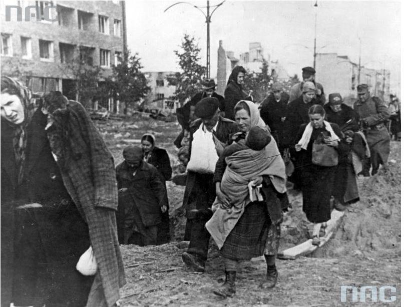 Mieszkańcy opuszczają stolice po kapitulacji powstania warszawskiego /Ze zbiorów Narodowego Archiwum Cyfrowego
