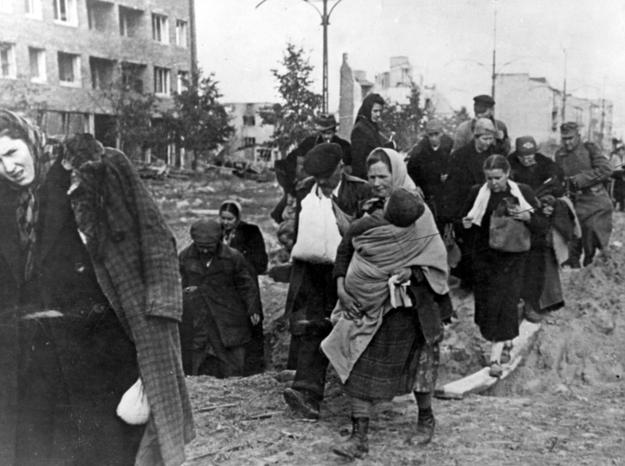 Mieszkańcy opuszczają stolicę po kapitulacji Powstania Warszawskiego /Z archiwum Narodowego Archiwum Cyfrowego