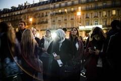 Mieszkańcy Paryża na Placu Republiki
