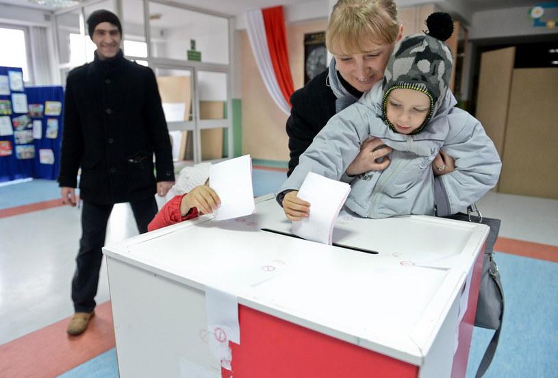 Mieszkańcy Radomia głosują w lokalu wyborczym w Publicznej Szkole Podstawowej nr 4 w Radomiu /Marcin Obara /PAP
