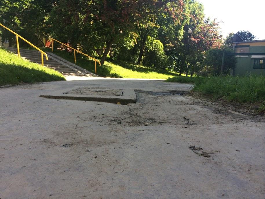Mieszkańcy Różanej od lat walczą o remont chodnika /Kot Krzysztof /RMF FM