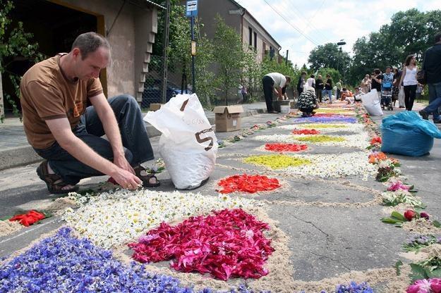 Mieszkańcy Spycimierza w Boże Ciało tworzą dywan z kwiatów/ fot. Mateusz Owsianny /East News