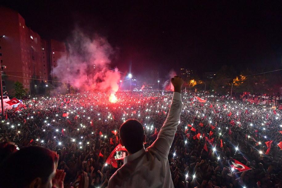 Mieszkańcy Stambułu długo świętowali zwycięstwo  Ekrema Imamoglu /ONUR GUNAL / CHP PRESS OFFICE / HANDOUT /PAP/EPA