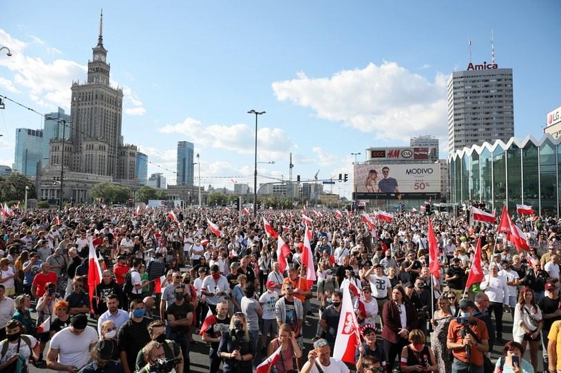 Mieszkańcy stolicy oddają cześć uczestnikom powstania / Leszek Szymański    /PAP