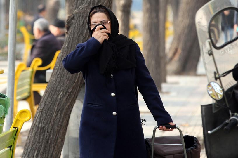 Mieszkańcy Teheranu niezależnie od poru roku zmuszeni są oddychać na co dzień zanieczyszczonym powietrzem /AFP