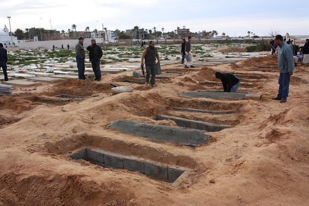 Mieszkańcy Trypolisu przygotowują groby dla osób zamordowanych podczas protestów /AFP