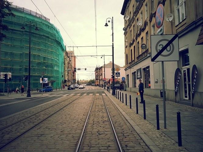 Mieszkańcy ulicy Dworcowej skarżą się RMF FM, że pędzące pod oknami tramwaje powodują drgania, które niszczą budynki i nie dają spać /Paweł Balinowski /RMF FM