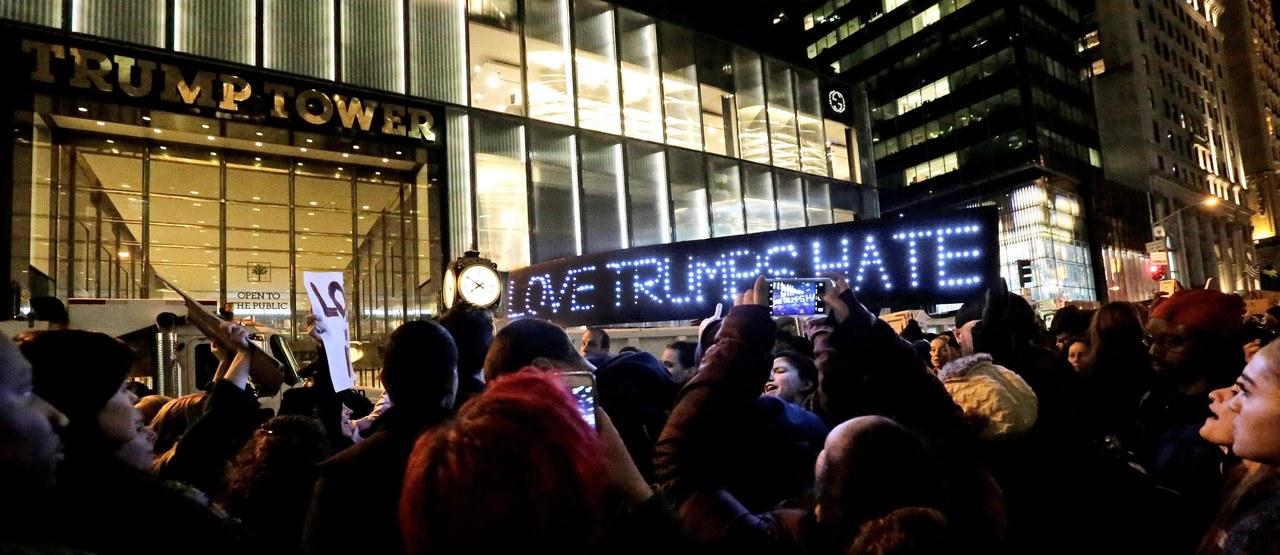 Mieszkańcy USA protestują przeciwko Trumpowi. W Seattle doszło do strzelaniny