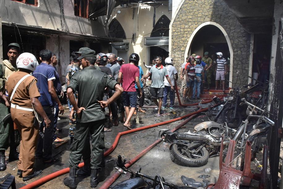 Mieszkańcy w miejscu eksplozji w kościele w Batticalova /M.A. PUSHPA KUMARA /PAP/EPA