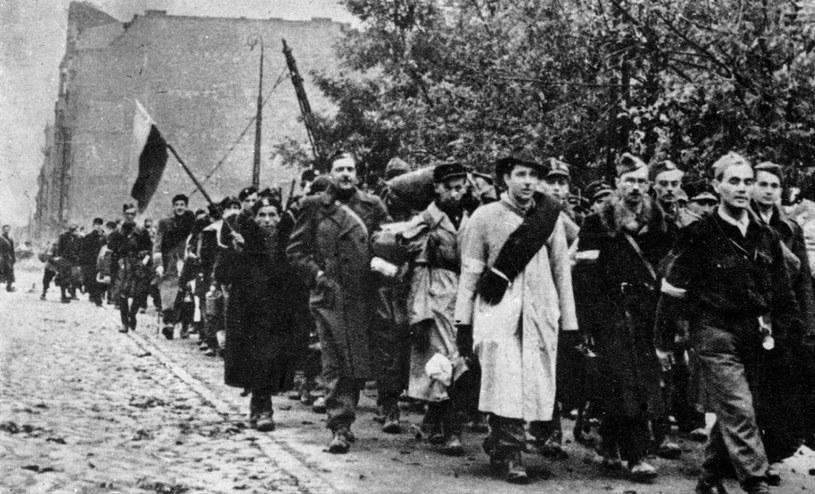 Mieszkańcy Warszawy opuszczają miasto po kapitulacji powstania /Z archiwum Narodowego Archiwum Cyfrowego