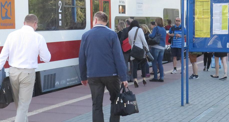 Mieszkańcy Wieliczki narzekają na zatłoczone pociągi dowożące ich do Krakowa /Jacek Skóra /RMF FM