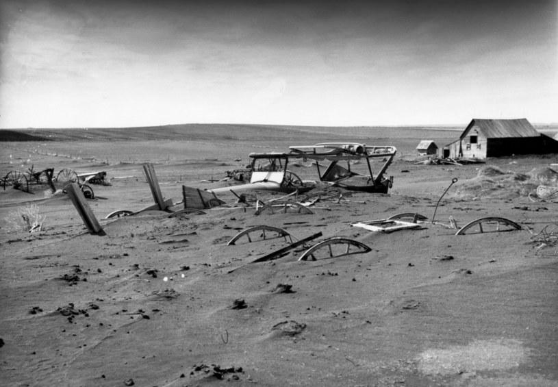 Mieszkańcy Wielkich Równin po ustaniu burzy musieli odkopywać swój dobytek /Sloan/PhotoQuest/Getty Images /Getty Images