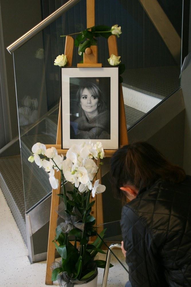 Mieszkańcy wpisywali się do księgi kondolencyjnej /Andrzej Wrzesińki /East News