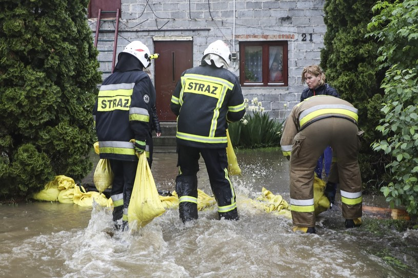 Mieszkańcy wsi i strażacy walczą z podtopieniami w Małopolsce (arch.) /Beata Zawrzel /Reporter