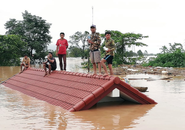 Mieszkańcy zalanych wsi schronili się na dachach domów, a w środę 3 tys. z nich wciąż czeka na ratunek /EPA/ABC LAOS NEWS /PAP/EPA