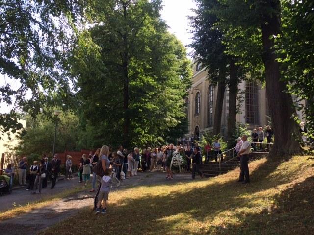 Mieszkańcy zgromadzeni przed kościołem podczas nabożeństwa żałobnego w intencji Kamili. /Bartłomiej Paulus /RMF FM