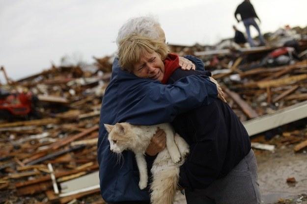 Mieszkańcy zniszczonej przez tornado miejscowości Moore /AFP