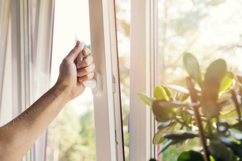 Mieszkanie należy wietrzyć - szczególnie w trakcie choroby /123RF/PICSEL