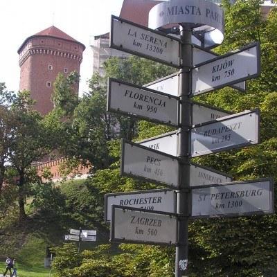 Mieszkanie w dużym mieście wiąże się z koniecznością dojazdów do pracy /INTERIA.PL