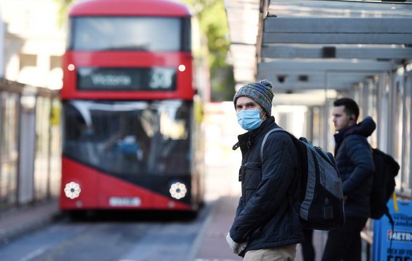 Mieszkaniec Londynu w maseczce czeka na autobus /PAP/EPA