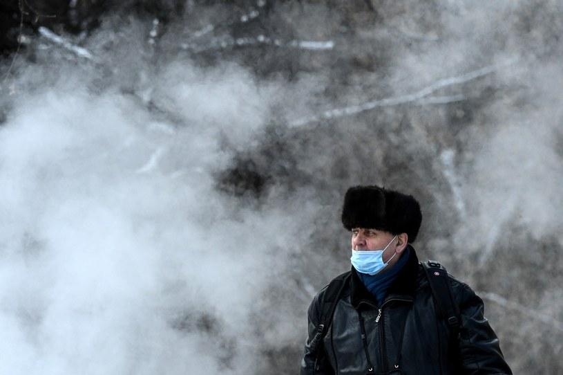 Mieszkaniec Moskwy w maseczce ochronnej; zdj. ilustracyjne /AFP