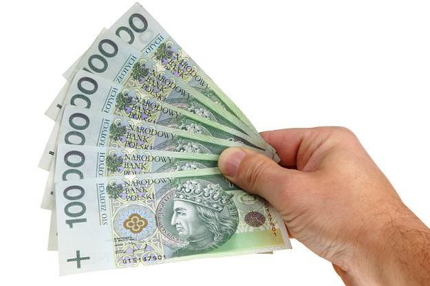 Mieszkaniec Sopotu znalazł w książce kilka tysięcy złotych w obcej walucie. /© Panthermedia