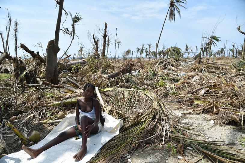 Mieszkanka Haiti w miejscu, gdzie przed przejściem huraganu stał jej dom /HECTOR RETAMA /AFP