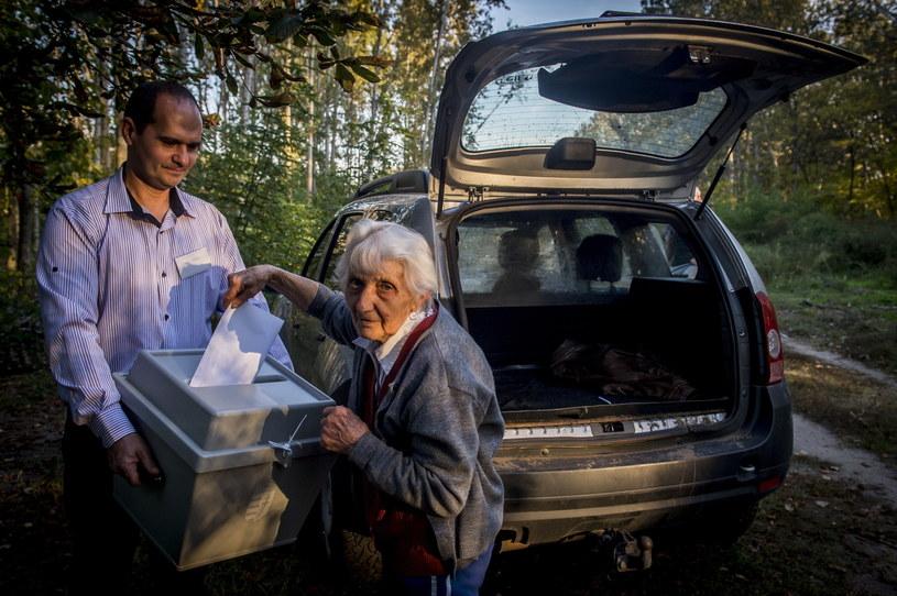 Mieszkanka Węgier głosuje, wrzucając swoją kartę do mobilnej urny /SANDOR UJVARI /PAP/EPA