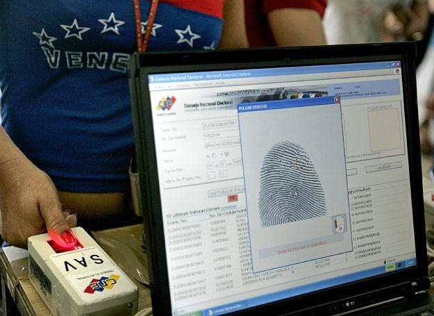 Mieszkanka Wenezueli potwierdza odciskiem palca swoją tożsamość w lokalu wyborczym /21 wiek